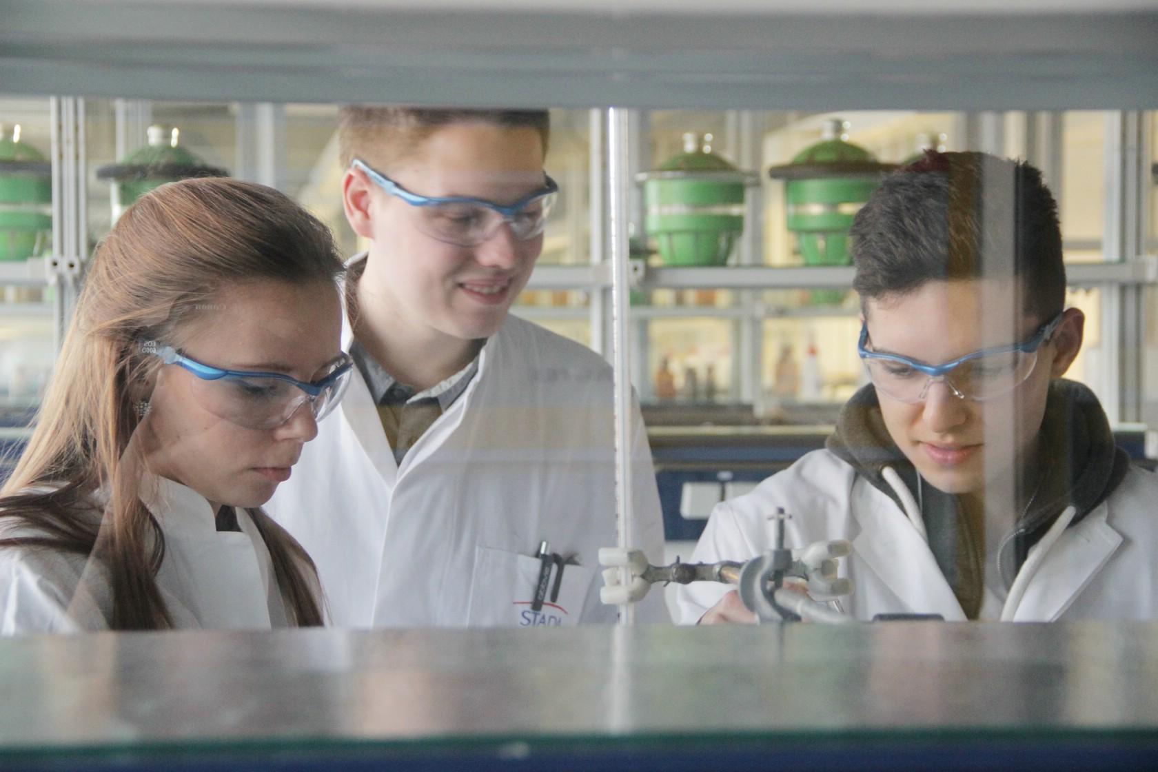 Ask a student - Pharmazie Teilnehmende beim Experiment 3/3 (Foto: Ramona Dabringer)