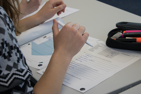 Eine Teilnehmerin füllt einen Arbeitszettel aus
