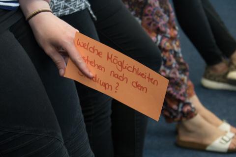 Eine Teilnehmerin hat ihren Beitrag auf einer Moderationskarte festgehalten