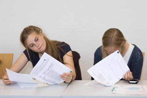 Zwei Teilnehmerinnen bearbeiten Arbeitszettel